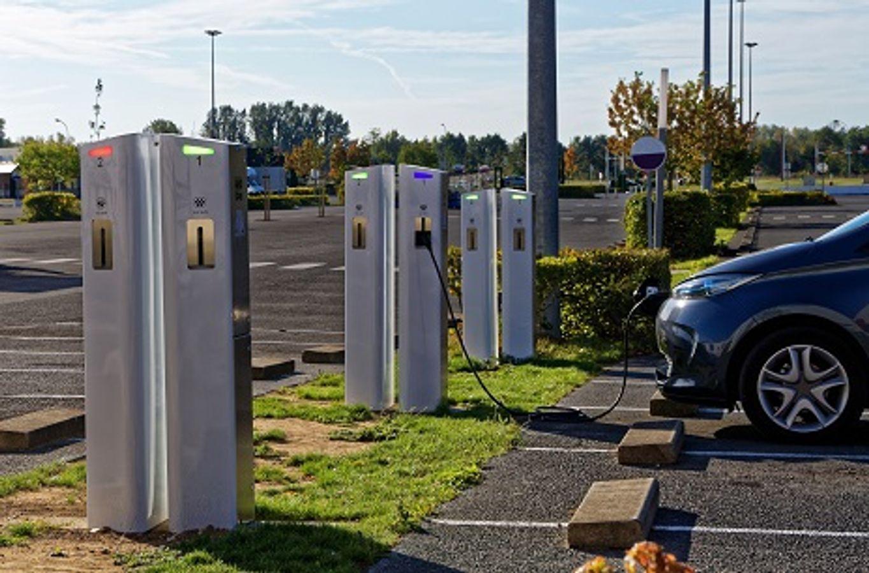 Déploiement de bornes de recharge de véhicules électriques en voirie : l'exemple du SDEM 50